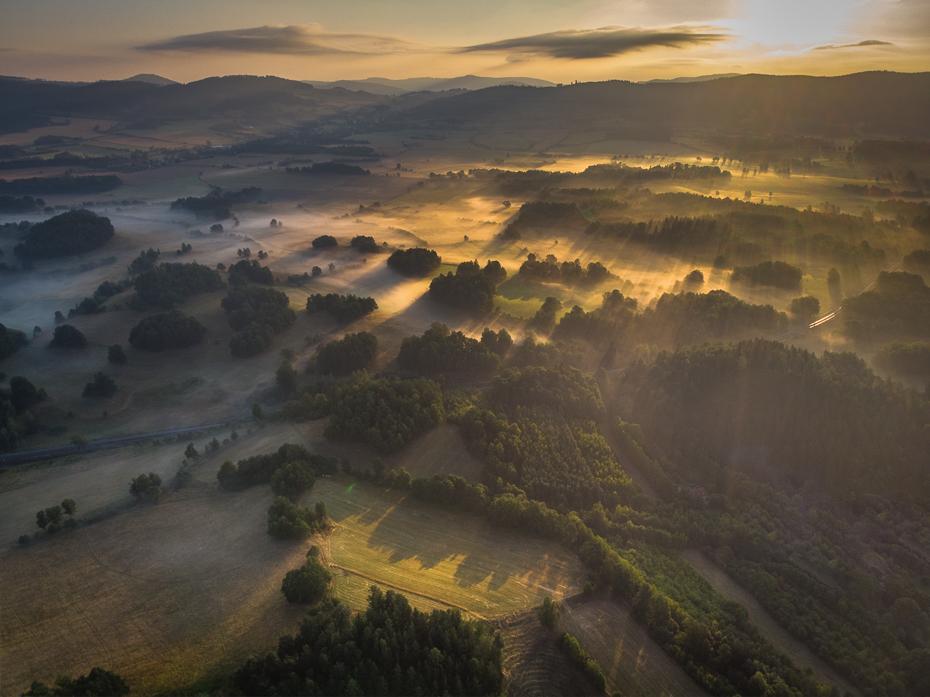 Sokolik 0 Mavic Air Fotografia lotnicza niebo świt atmosfera średniogórze wzgórze ranek obszar wiejski zamglenie światło słoneczne