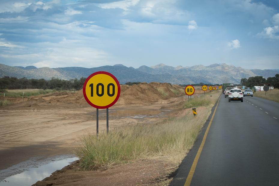 Znaki drogowe Krajobraz Nikon D7100 AF-S Nikkor 70-200mm f/2.8G Namibia 0 Droga żółty pas ruchu niebo infrastruktura rodzaj transportu Autostrada znak drogowy nawierzchnia drogi Chmura
